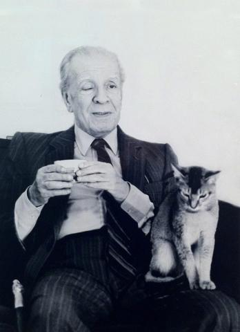 Jorge Luis Borges con uno de sus gatos